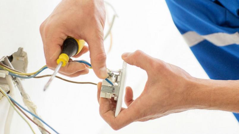 Elektriker udfører håndværk